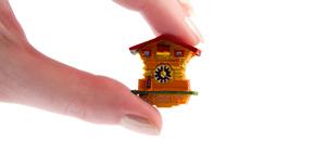 Kuckucksuhr-Mini-Magnet in der Hand